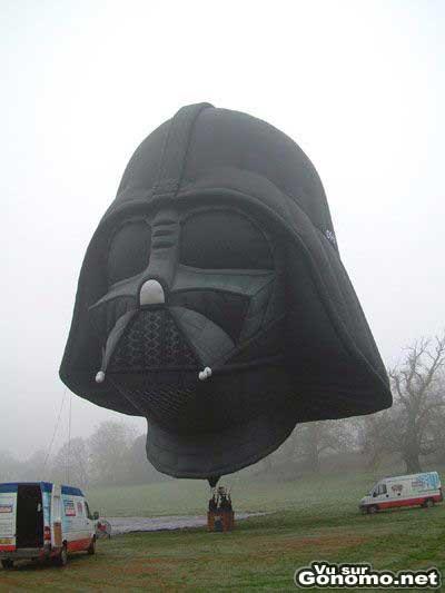 La tete de dark vador en ballon de mongolfiere