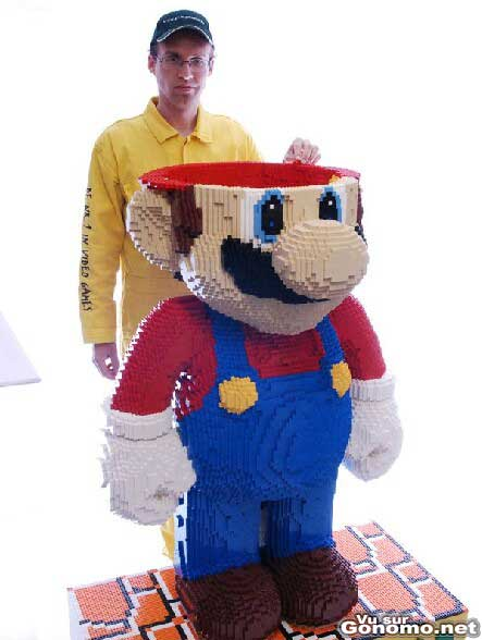 Mario Lego : il a du passer quelques jours pour construire ce Mario en Lego de taille humaine