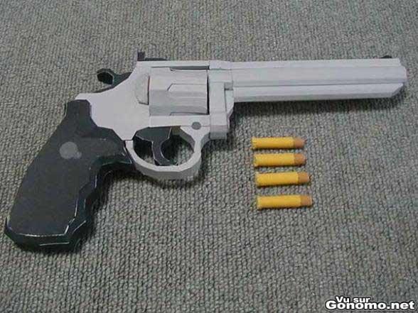Un revolver fabrique entierement en papier !