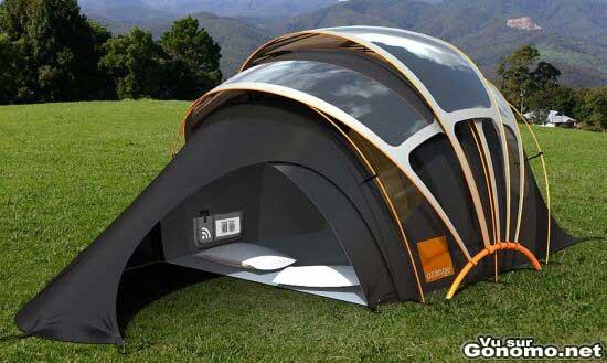 Une tente de camping avec panneaux solaires integres