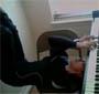 Une pianiste qui joue du piano ... la tete sous le piano !