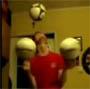 Trop fort ce mec qui arrive a jongler et a faire touner des ballons de foot en meme temps