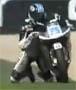 Il remonte sur sa moto apres une ligne droite sur les genoux et les pieds