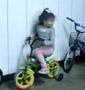Une fillette realise un parfait derapage controle avec son petit velo a roulette. Quelle maitrise !
