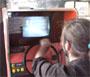 Un jeu automobile sur une borne d arcade avec une voiture telecommandee munie d une webcam