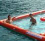 Accessoire bateau : se baigner en pleine mer dans une piscine gonflable accrochee a un yacht