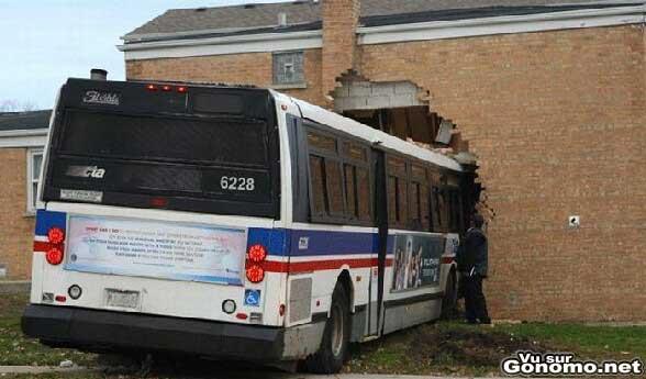 Un bus qui a fait un beau carnage dans cette maison