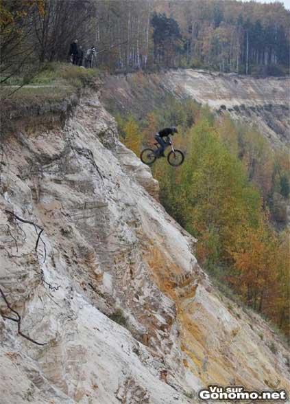 Un biker se lance d une falaise, attention la chute !