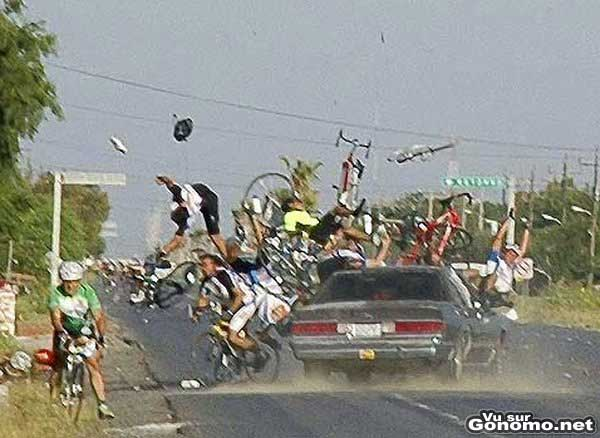 Un chauffeur qui fait un strike dans un peloton de cyclistes :o
