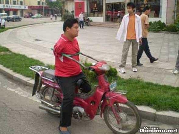 Ampute des deux bras, il arrive a conduire un scooter ...