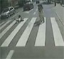 Regardez a 2 fois avant de traverser un passage pieton en Pologne ...