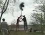 Un mec ejecte d une balancoire apres plusieurs tours complets :)