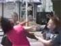 Un policier un peu depasse par la situation frappe une femme avec un beau direct du droit ! :o