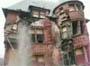 Une maison qui s effrite avec une personne a l interieur !