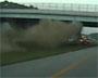 Accident de voiture spectaculaire : sortie de route impressionnante qui se termine contre un pont !