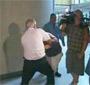 Le pere de Bonnie Sweeten frappe des cameramans apres le proces !