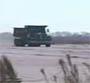 Un camion de 30 tonnes se crashe a 80 kmh dans une barriere pour tester sa resistance :o