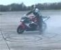 Il explose son pneu en faisant un burn !