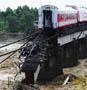 Inondations dans le sud ouest de la Chine : un pont detruit au moment du passage d un train
