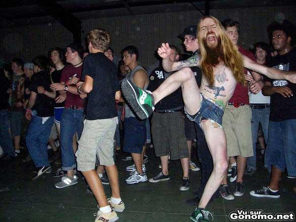 Un mec en train de danser a fond dans son trip avec une burne a l air !