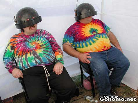 Deux geeks enrobes en plein trip visuel avec leurs casques et leurs t shirts psychedeliques :)