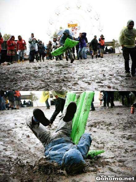 Il se prend une boite en faisant du matela gonflable dans la boue lol