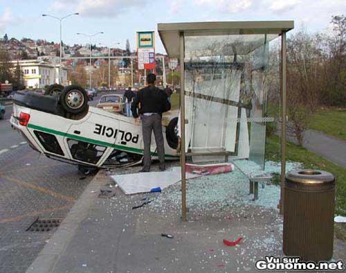 Une voiture de police percute violemment un arret de bus ! :s