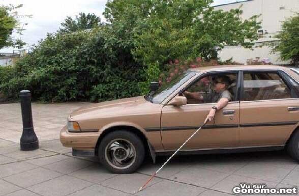 Un aveugle conduit avec sa canne :p