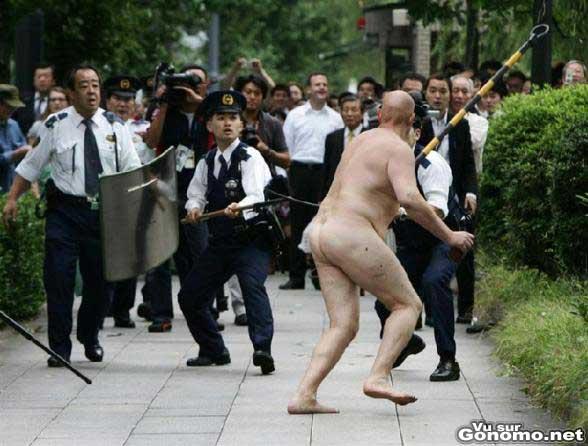 Un fou a poil dans la rue !