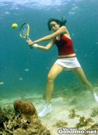 Elle essaye de jouer au tennis sous l eau :p
