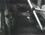 Des voleurs traversent un sexshop avec une voiture pour voler des sextoys