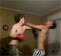 Combat de boxe dans la salon. Jpensais pas que c est lui qui gagnerait