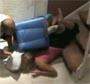 Il pousse sa copine dans un bac a linge dans les escaliers ! :s