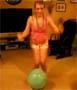 Enorme faceplant d une blonde qui saute sur un ballon !