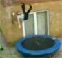 Trampoline Fail : une belle chute devant sa mere apres un saut de trampoline depuis la fenetre
