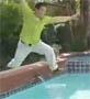 Saut par dessus une piscine rate, aie !