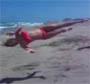 Une blonde tente un backflip avec un vrille sur la plage et c est le drame !