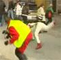 Celebration fail : un pilote de rally chute sur un journaliste avec sa bouteille de champagne
