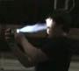 Il se crame la gueule avec un lance flammes artisanal. Juste debile !