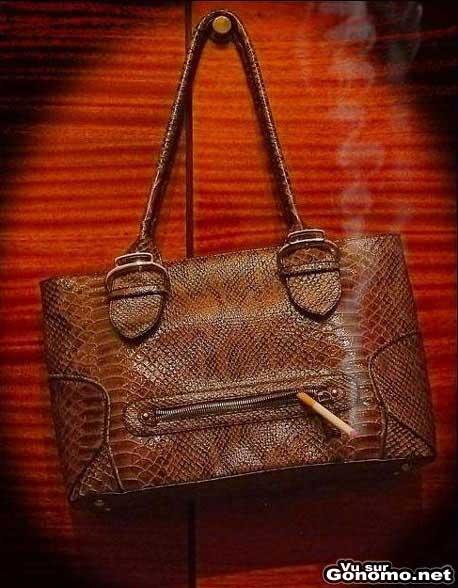 Un sac a main en cuir en train de se griller une petite cigarette