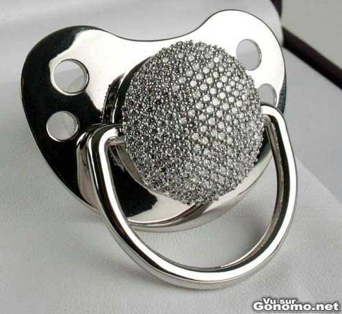 Bijoux insolites : une sucette de bebe avec des diamants incrustes dessus