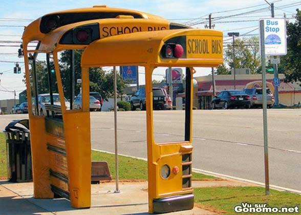 Un arret de bus insolite avec des morceau d un autobus jaune americain