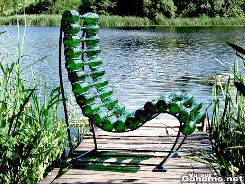 Une chaise longue avec des cadavres de bieres