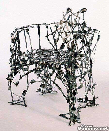 Une chaise pas tres confortable avec des cuilleres et des fourchettes
