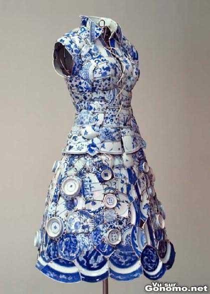 Une robe avec des assiettes de porcelaine