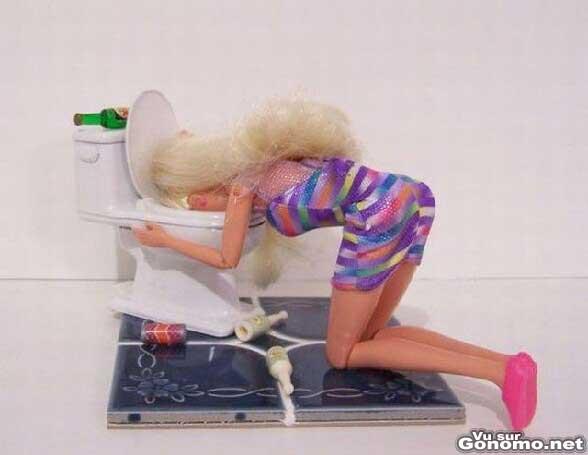 Barbie bourree : Barbie s est mis une cuite et elle est en train de se purger aux chiottes