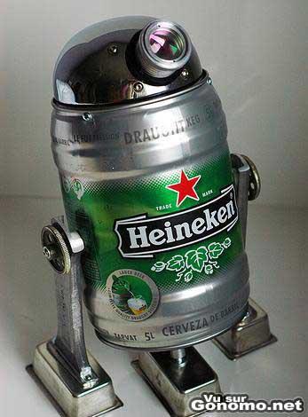 Le robot de la guerre des etoiles R2d2 avec une canette Heinekein