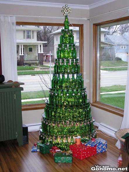 Un sapin de noel avec des bouteilles de bieres vides !