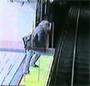 Une femme completement dechiree tombe sur les rails du metro. Ca craint !