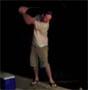 Golf fail : un joli swing dans une canette de biere qui finit en non moins joli faceplant